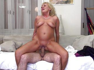Порно со зрелыми женщинами на природе